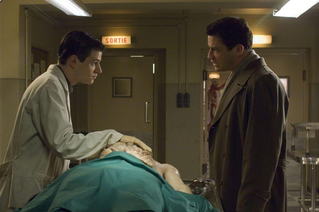 Inspektor Popil (Dominic West, r.) ahnt schon bald, dass der Medizinstudent Hannibal Lecter (Gaspard Ulliel, l.) in den Mord des Metzgers verwickelt... - Bildquelle: Tobis Film