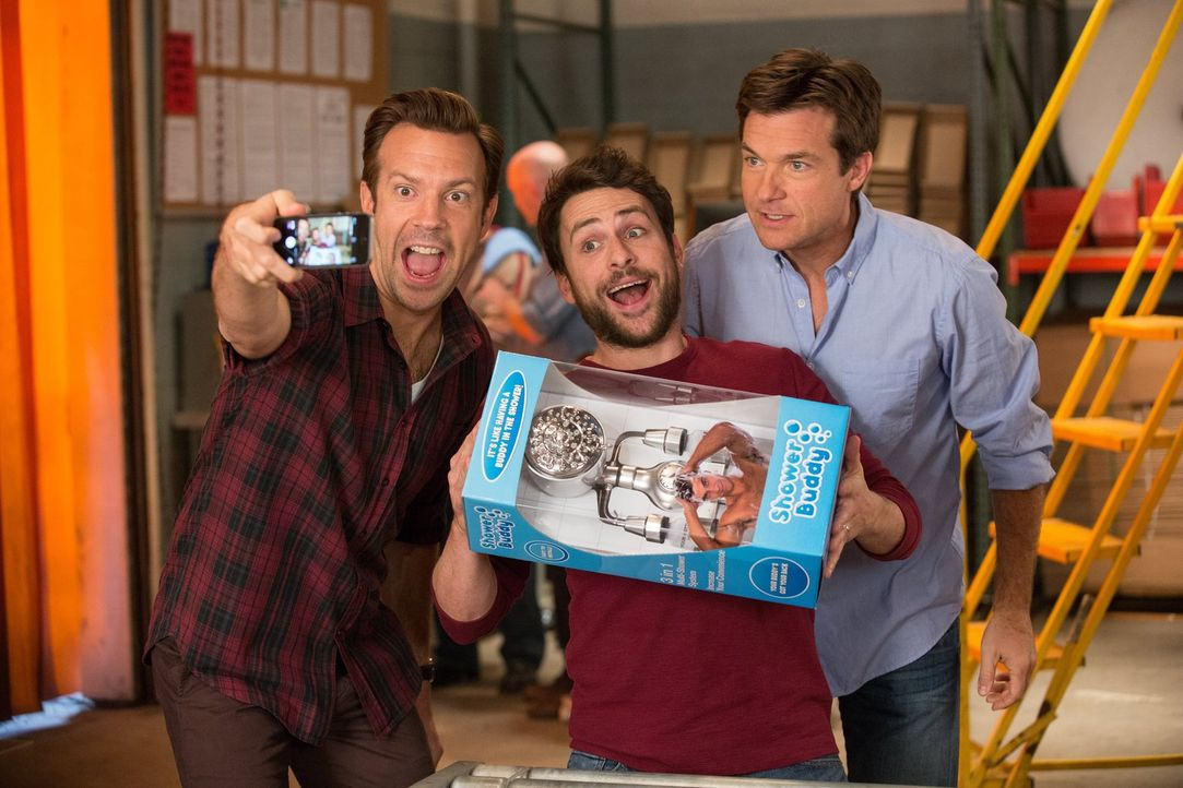 (v.l.n.r.) Kurt (Jason Sudeikis), Dale (Charlie Day) und Nick (Jason Bateman) gründen ein Unternehmen, das ein ausgeklügeltes Duschsystem, den Showe... - Bildquelle: 2014   Warner Bros.