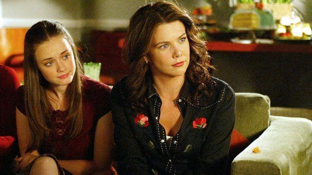 Während sich Rory (Alexis Bledel, l.) und Lorelai (Lauren Graham, r.) auf ein...