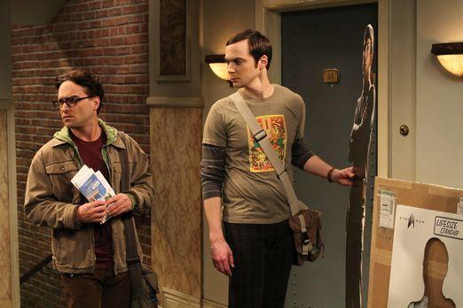 The Big Bang Theory - Während Sheldon (Jim Parsons, r.) vor der Wohnungstür e...