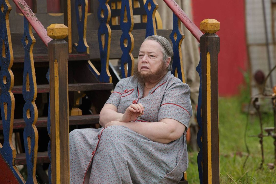 Ethel (Kathy Bates) ist alles andere als erfreut über die Rückkehr eines alten Bekannten und dessen Begleitung ... - Bildquelle: 2014-2015 Fox and its related entities. All rights reserved.