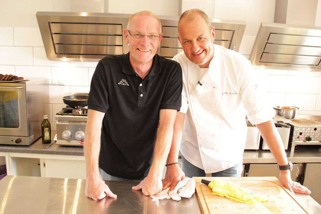 """Ist zuversichtlich, dass Frank Rosin sein Restaurant """"Seeblick Inheiden"""" wieder auf die Füße bringt: Marcus Schmidt (l.), der harte Zeiten hinter si... - Bildquelle: kabel eins"""