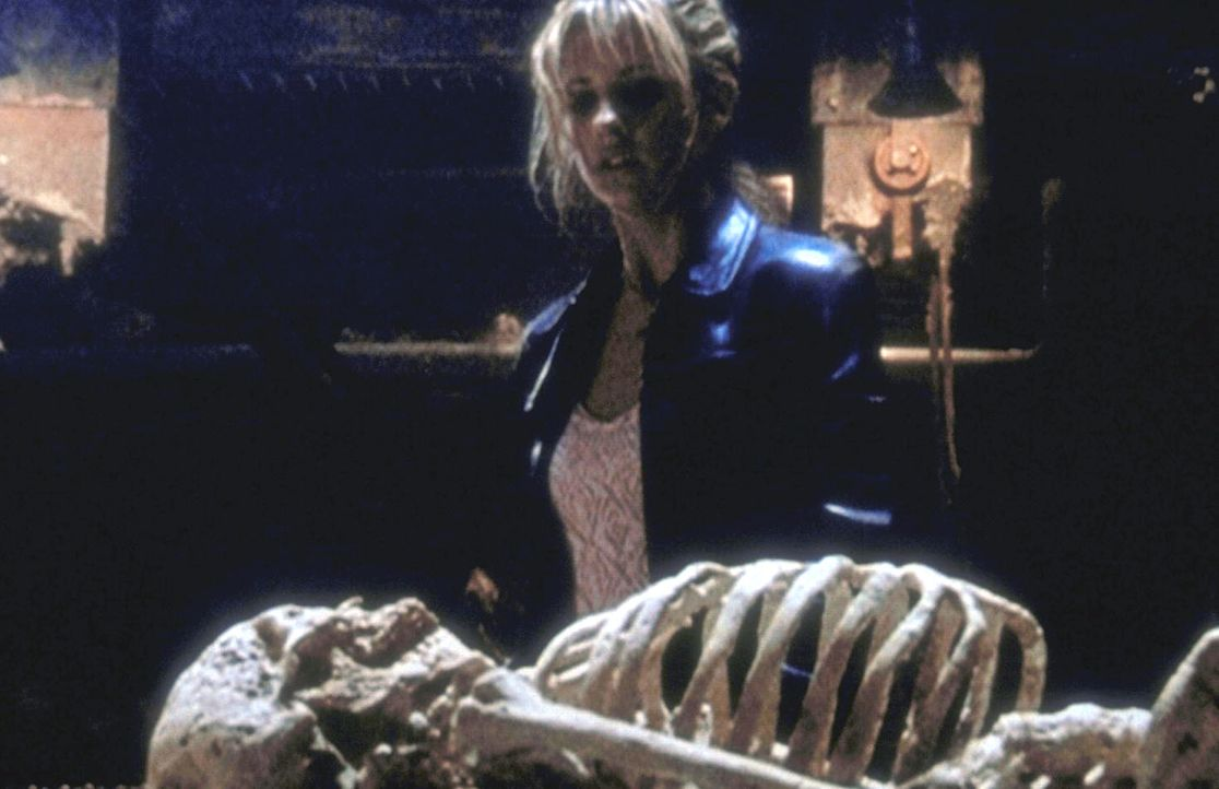 Buffy (Sarah Michelle Gellar) betrachtet das Skelett ihres größten Widersachers, des Meisters der Vampire, den sie endgültig besiegt glaubt. - Bildquelle: (1998) Twentieth Century Fox Film Corporation.