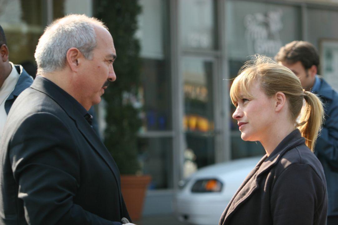 Allison (Patricia Arquette, r.) versucht Staatsanwalt Devalos (Miguel Sandoval, l.) zu erklären, warum so stark an Jessies Unschuld glaubt … - Bildquelle: Paramount Network Television