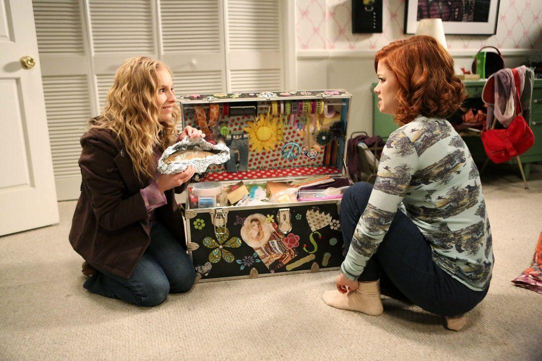 Lisa (Allie Grant, l.) weiß seit der Trennung von Malik nicht, wohin mit sich, und beschließt, ihre Freundschaft mit Tessa (Jane Levy, r.) aufzufris... - Bildquelle: Warner Brothers