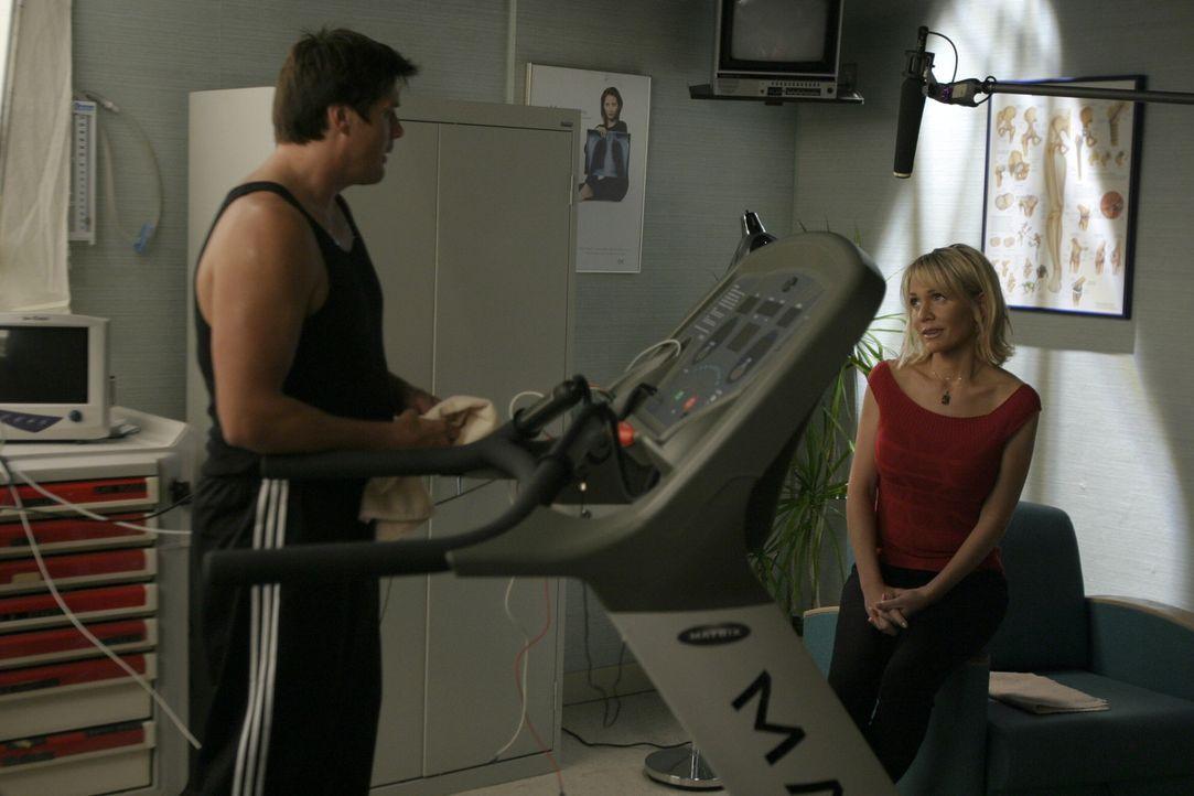 Dan (Paul Johansson, l.) verheimlicht Deb (Barbara Alyn Woods, r.), dass es ihm eigentlich schon wieder besser geht. Er will, dass sie sich weiterhi... - Bildquelle: Warner Bros. Pictures