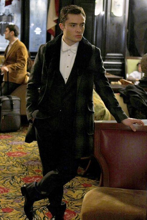 Chuck (Ed Westwick) vermutet, dass die Frau am Grab seines Vaters seine totgeglaubte Mutter sein könnte. - Bildquelle: Warner Brothers