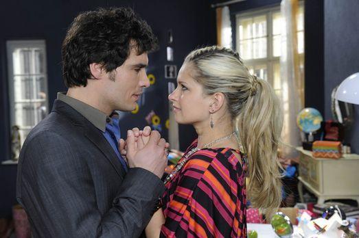 Alexander (Paul Grasshoff, l.) kann seine Sehnsucht nach Mia (Josephine Schmi...