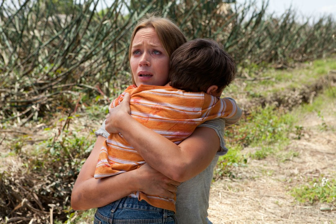 Als Sara (Emily Blunt, l.) klar wird, dass ihr Sohn Cid (Pierce Gagnon, r.) sterben muss, für etwas, was erst in der Zukunft geschehen wird, versuch... - Bildquelle: 2012 Concorde Filmverleih GmbH