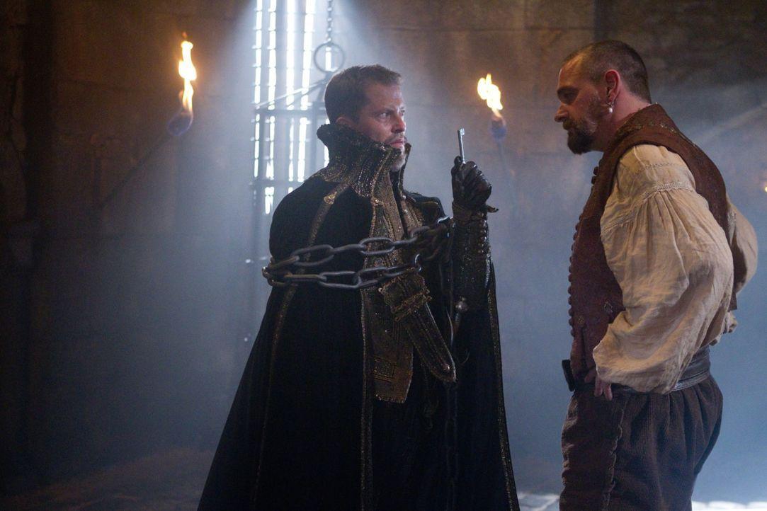 Auch Cagliostro (Til Schweiger, l.) muss erfahren, dass man sich nicht mit einem Musketier anlegen sollte: Porthos (Ray Stevenson, r.) ... - Bildquelle: 2011 Constantin Film Verleih GmbH.