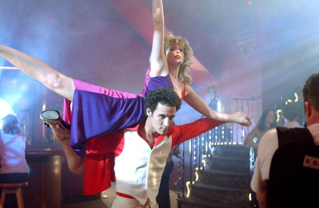 1978: Benny (Conor Michael Dubin, l.) und Sonya (Ciara Hughes, oben) stellen ihre Tanzkünste unter Beweis ... - Bildquelle: Warner Bros. Television