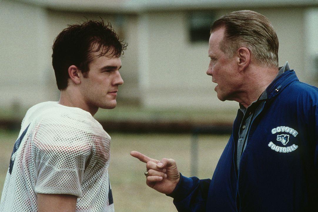 Der Ersatzspieler Jonathan (James Van Der Beek, l.) ärgert sich immer wieder aufs neue über die Unbeherrschtheit seines Coachs Kilmer (Jon Voight, r... - Bildquelle: Paramount Pictures