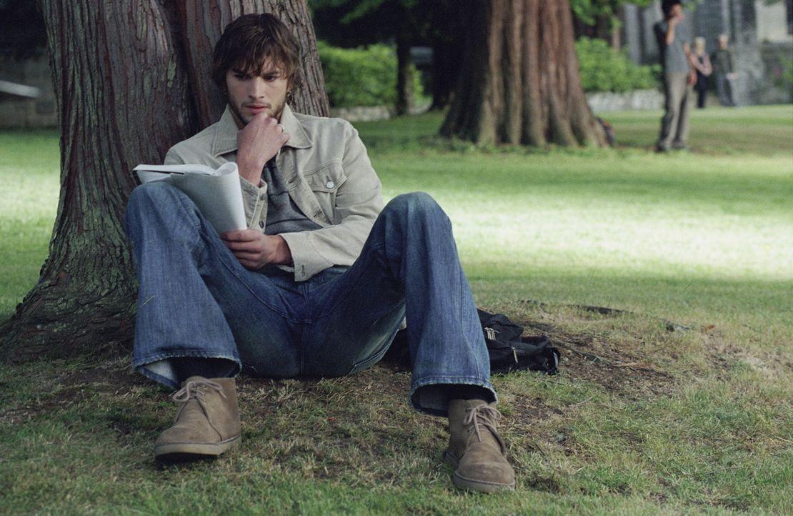Als Evan Treborn (Ashton Kutcher) eines Tages zufällig in einem seiner alten Tagebücher liest, passiert etwas Seltsames. Es ist, als ob er zurück in... - Bildquelle: Warner Brothers