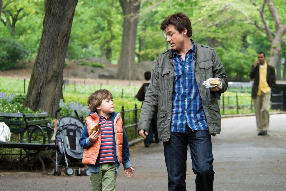 Als Wally (Jason Bateman, r.) sieben Jahre später auf Kassies Sohn Sebastian (Thomas Robinson, l.) trifft, beschleicht ihn ein eigenartiges Gefühl... - Bildquelle: Constantin Film Verleih GmbH