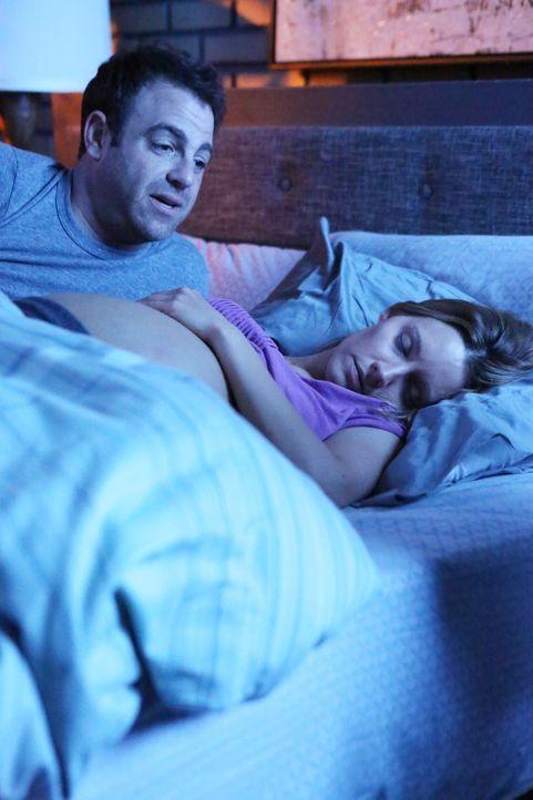 Cooper (Paul Adelstein, l.) bemüht sich als perfekter Schwangerschaftsbetreuer von Charlotte (KaDee Strickland, r.), aber trotzdem kommt alles ande... - Bildquelle: ABC Studios
