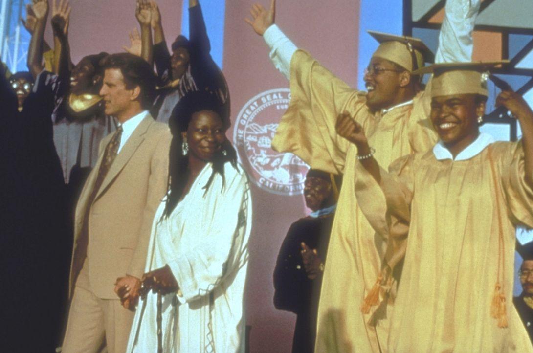 Geimeinsam feiern Hal Jackson (Ted Danson, l.) und Sarah (Whoopi Goldberg, 2.v.l.) den High-School-Abschluss von Tea Cake (Will Smith, 2.v.r.) und i... - Bildquelle: Warner Bros.