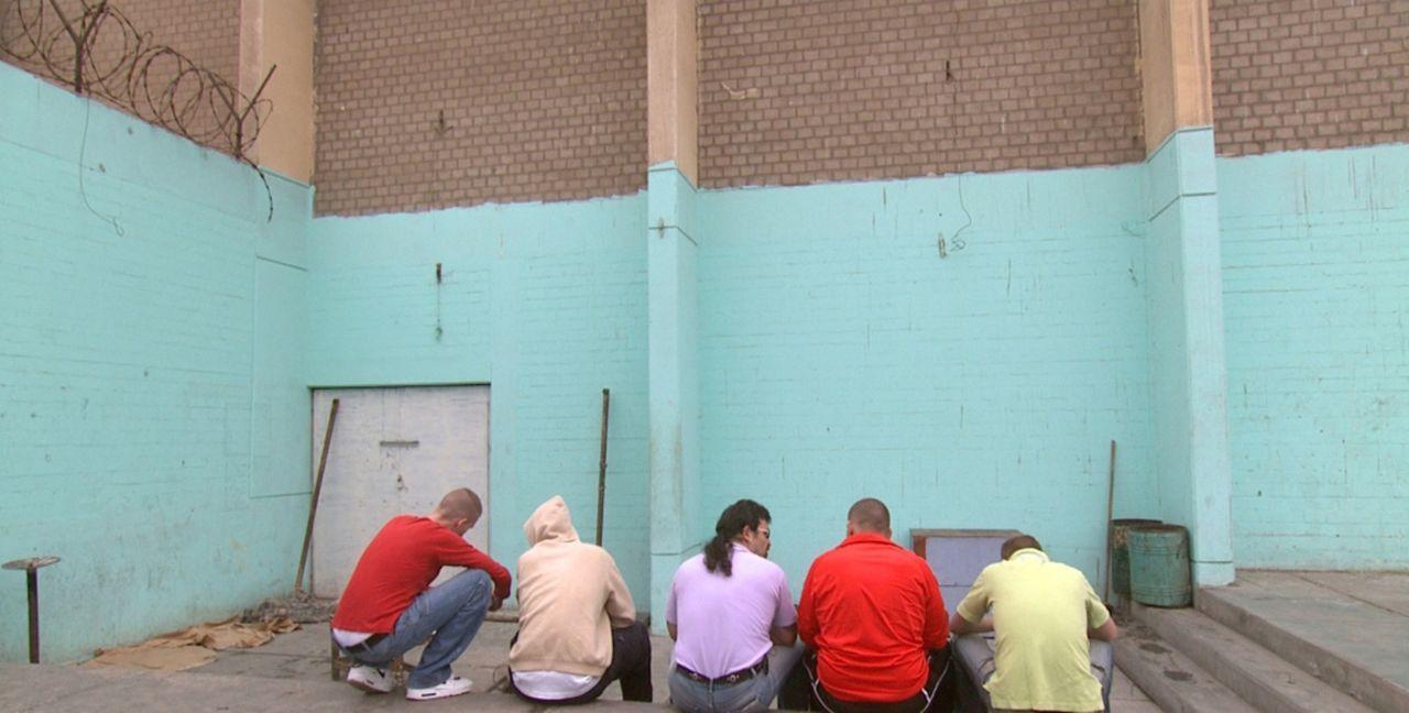 """""""Hinter fremden Gittern"""" zeigt, wie deutsche Gefangene leben, die wegen Drogenschmuggels in Rumänien, Peru, Ecuador, Chile oder Panama einsitzen. - Bildquelle: kabel eins"""