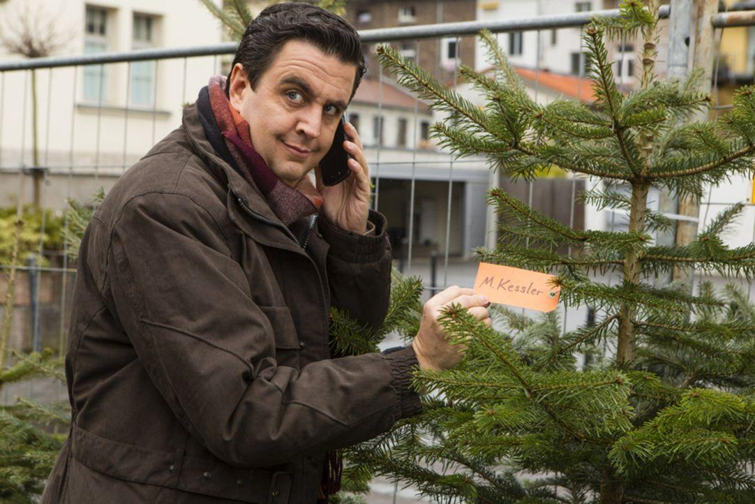 Auf der Suche nach dem passenden Weihnachtsbaum: Bastian (Batian Pastewka) - Bildquelle: Frank Dicks SAT.1