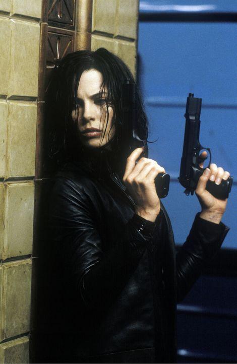Während die Werwölfe versuchen, Selene (Kate Beckinsale) eine Kugel mit ultraviolettem Licht in den Schädel zu jagen, bemüht sich diese, den Wer... - Bildquelle: TMG