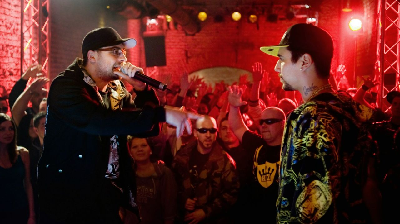 Bei einem Freestyle-Battle wird ausgerechnet das Urgestein des HipHops auf die beiden Rapper Otis (Sido, l.) und Eddy (B-Tight, r.) aufmerksam und w... - Bildquelle: Gordon Mühle 2011 Constantin Film Verleih GmbH