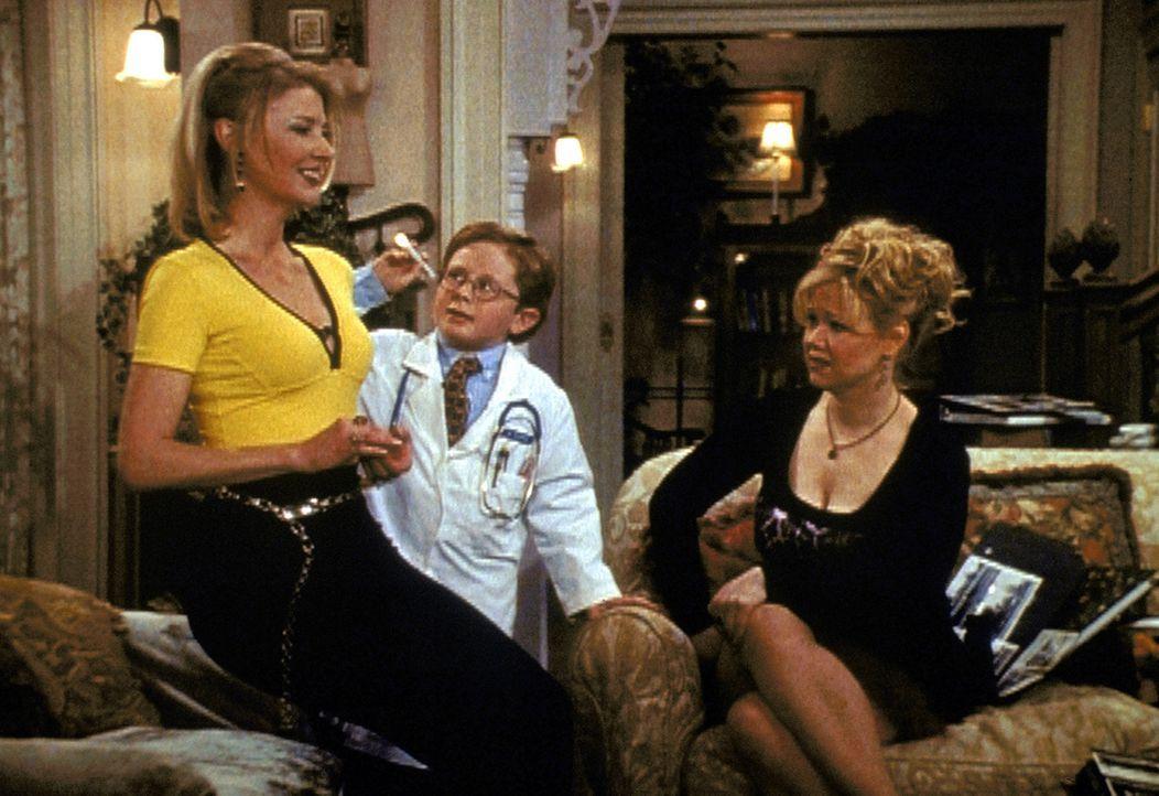 Zelda (Beth Broderick, l.) hat durch Überarbeitung einen Hexen-Blackout. Nachdem Hildas (Caroline Rhea, r.) Hilfe keine Wirkung hatte, holen sie Dr... - Bildquelle: Paramount Pictures