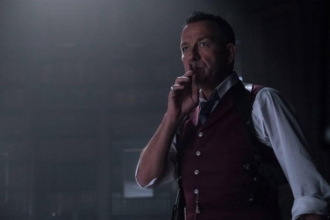 Lässt nichts unversucht, um Bruce zu retten: Alfred (Sean Pertwee) ... - Bildquelle: Warner Brothers
