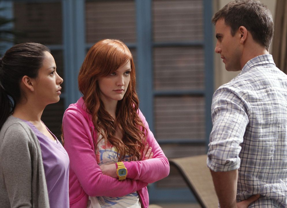 Wo ist David? Das fragen sich auch Lauren (Stephanie Jacobsen, l.), Violet (Ashlee Simpson, M.) und Auggie (Colin Egglesfield, r.)... - Bildquelle: 2009 The CW Network, LLC. All rights reserved.