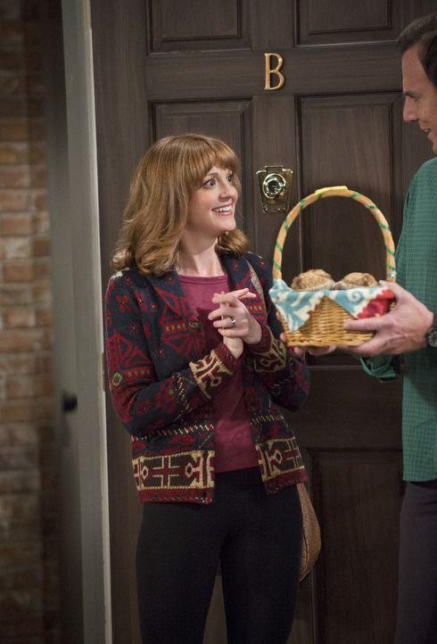 Eine Unverschämtheit: Debbie (Jayma Mays, l.) glaubt, dass sich Nathan (Will Arnett, r.) an ihrem Tagebuch vergreift, doch Rache ist bekanntlich süß... - Bildquelle: 2013 CBS Broadcasting, Inc. All Rights Reserved.