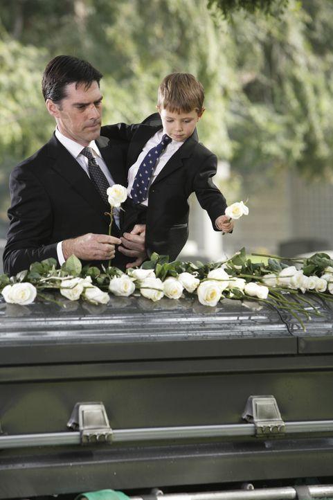 Ein schwerer Tag für Hotch (Thomas Gibson, l.) und seinen Sohn Jack (Cade Owens, r.) ... - Bildquelle: Touchstone Television