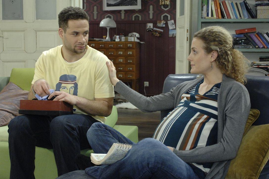 Maja (Barbara Lanz, r.) versucht Jannick (Mike Adler, l.) zu beruhigen, der vor dem Besuch von Max und seiner Ex-Frau Julia ziemlich aufgeregt ist ... - Bildquelle: Oliver Ziebe Sat.1