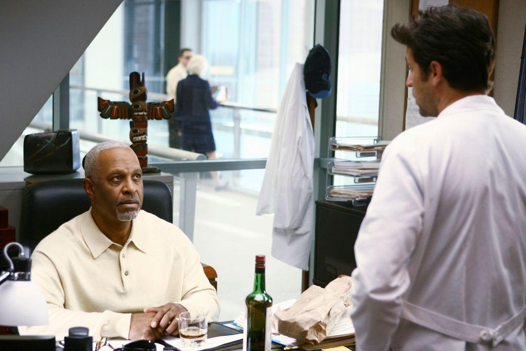 Die Schlinge um Webbers Hals wird immer enger. Jetzt, da Derek (Patrick Dempsey, r.) weiß, dass Webber (James Pickens, Jr., l.) wieder trinkt, ist e... - Bildquelle: Touchstone Television