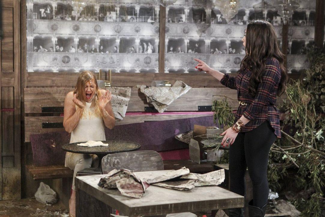 Während Caroline (Beth Behrs, l.) der Ansicht ist, dass sie verflucht ist, will Max (Kat Dennings, r.) das ganze positiv sehen und während die Versi... - Bildquelle: Warner Bros. Television