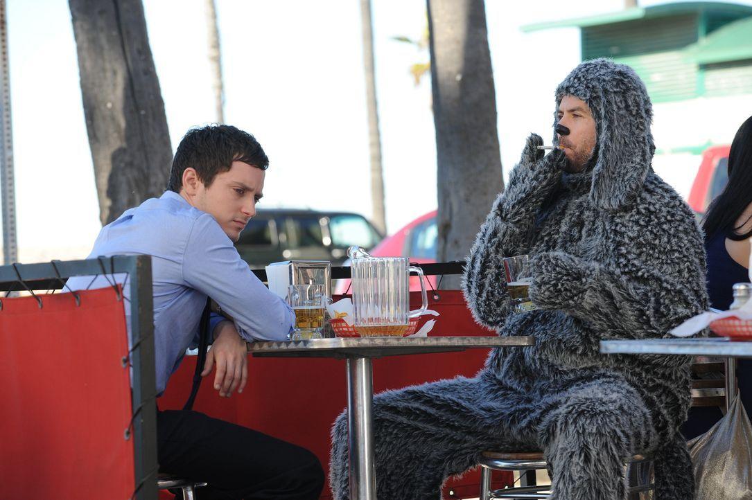 Wilfred (Jason Gann, l.) ist kein gewöhnlicher Hund, zumindest nicht in den Augen des ehemaligen Anwaltes Ryan Newman (Elijah Wood, r.) ... - Bildquelle: 2011 FX Networks, LLC. All rights reserved.