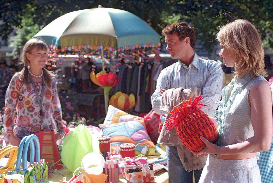 Auf dem Basar, wo Isabelle (Wolke Hegenbarth, l.) ihre Sachen verkauft, taucht plötzlich Daniel (André Röhner, M.) auf und kauft den ganzen Stand... - Bildquelle: Sat.1