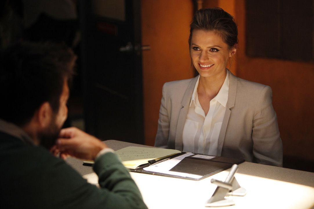 Über Simon Doyles (Joshua Gomez, l.) Geschichte, er sei aus der Zukunft gekommen und wolle die Menschheit retten, kann Kate Beckett (Stana Katic, r.... - Bildquelle: ABC Studios