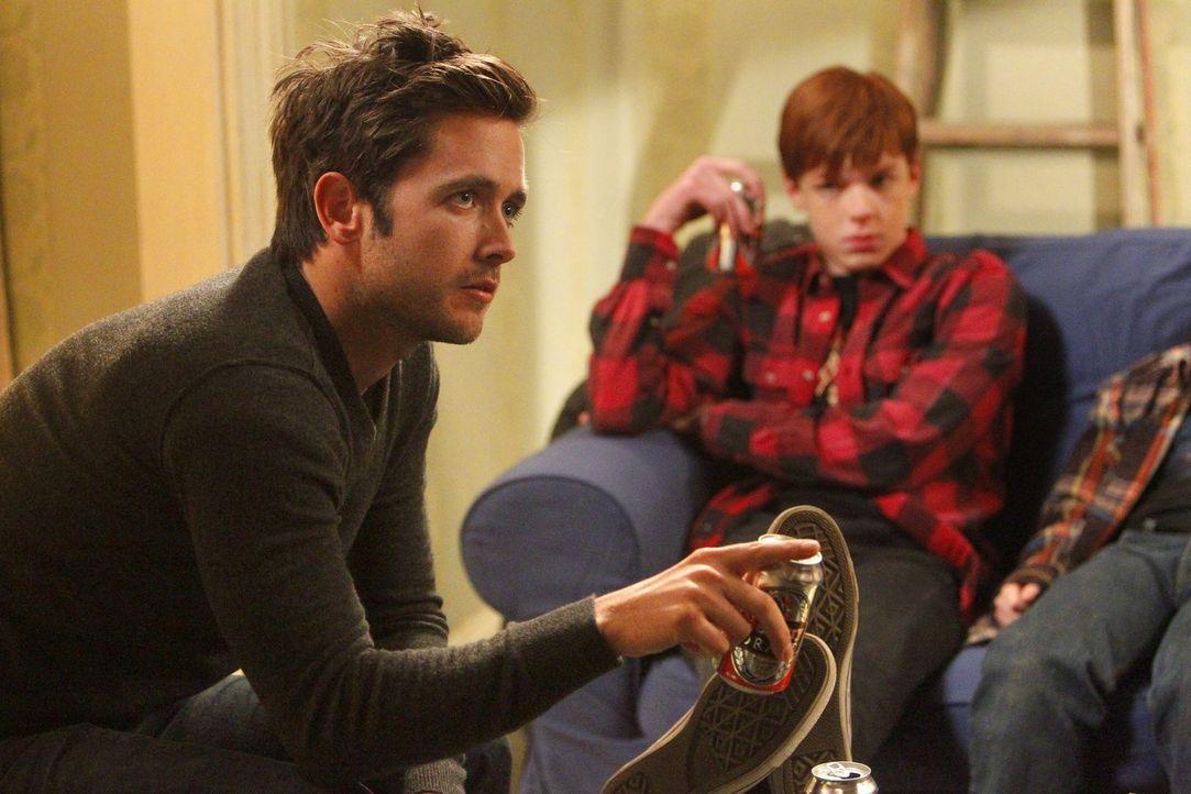 Sollte der Plan klappen, können Fiona und Steve (Justin Chatwin, l.) sich wieder um Ian (Cameron Monaghan, r.) und seine Geschwister kümmern ... - Bildquelle: 2010 Warner Brothers