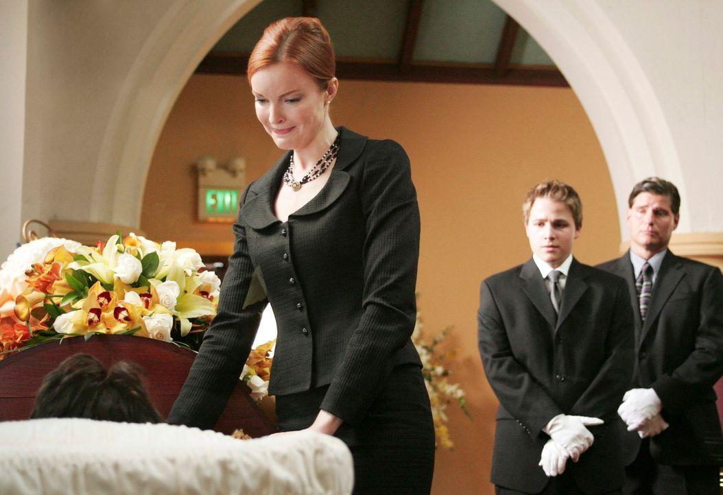 Bree (Marcia Cross, l.) ist entsetzt als sie ihren verstorbenen Ehemann im Sarg sieht und beschließt ihn noch etwas zu verschönern ... - Bildquelle: 2005 Touchstone Television  All Rights Reserved