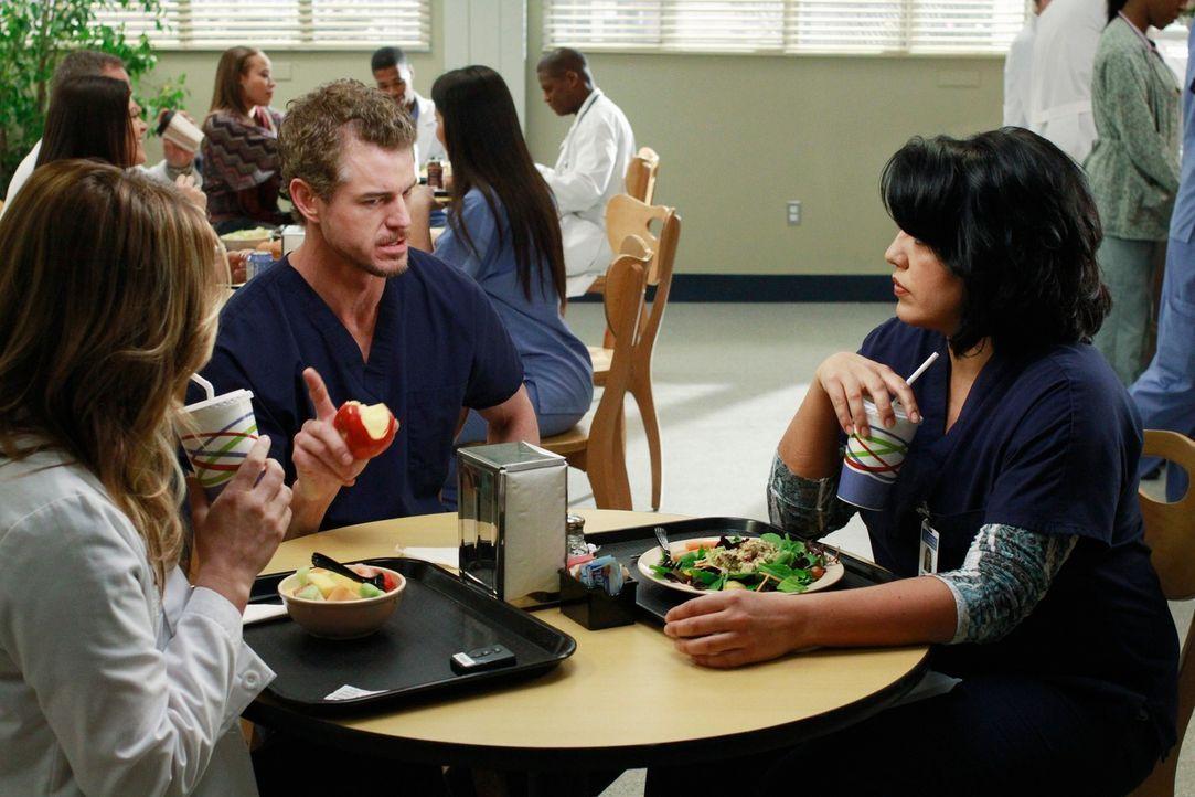 Während Mark (Eric Dane, M.) Arizona (Jessica Capshaw, l.) und Callie (Sara Ramirez, r.) klar macht, dass er seine künftige Vaterrolle sehr ernst ni... - Bildquelle: ABC Studios