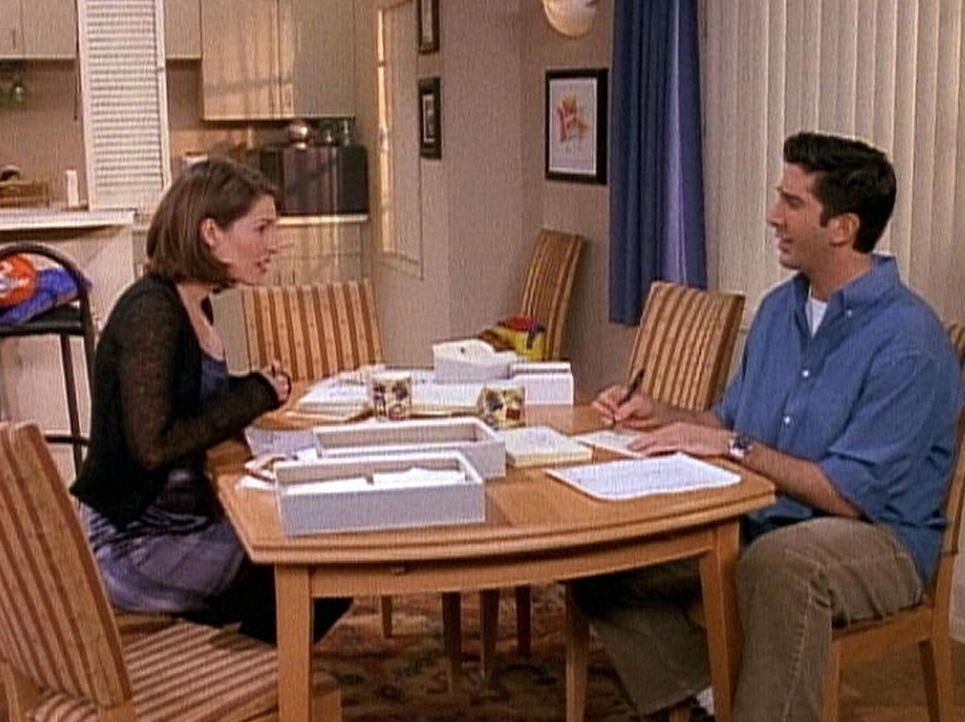 Monica (Courteney Cox, l.) und Ross (David Schwimmer) stellen die Gästeliste für die bevorstehende Hochzeit zusammen. - Bildquelle: TM+  2000 WARNER BROS.