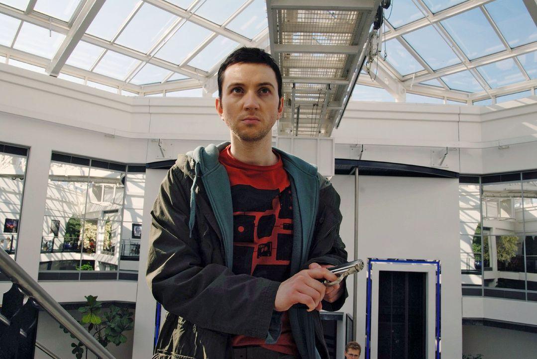 Will sich Olaf Schäfermann (Edward Piccin), ein ehemaliger Mitarbeiter des Galvanikbetriebes, rächen? - Bildquelle: Hardy Spitz Sat.1