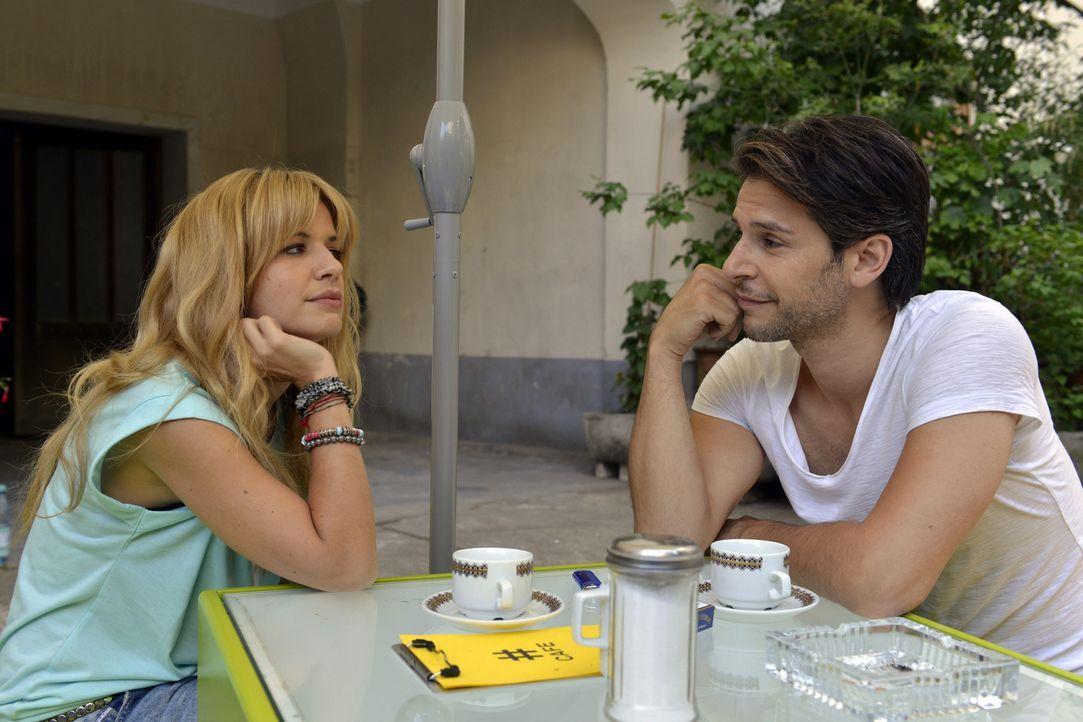 Mila (Susan Sideropoulos, l.) wagt sich in die Höhlen der Dating-Online-Portale. Nick (Florian Odendahl, r.) versucht alles, sie davon abzubringen,... - Bildquelle: Oliver Ziebe SAT.1