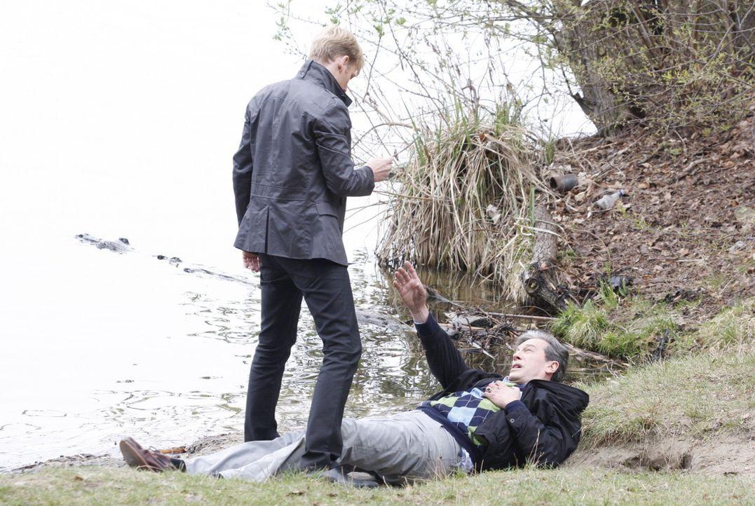 Julius (Günter Barton, r.) ist mit einem Herzinfarkt zusammengebrochen. Philip (Philipp Romann, l.) lässt ihn zurück, sichergehend, dass Julius s... - Bildquelle: SAT.1