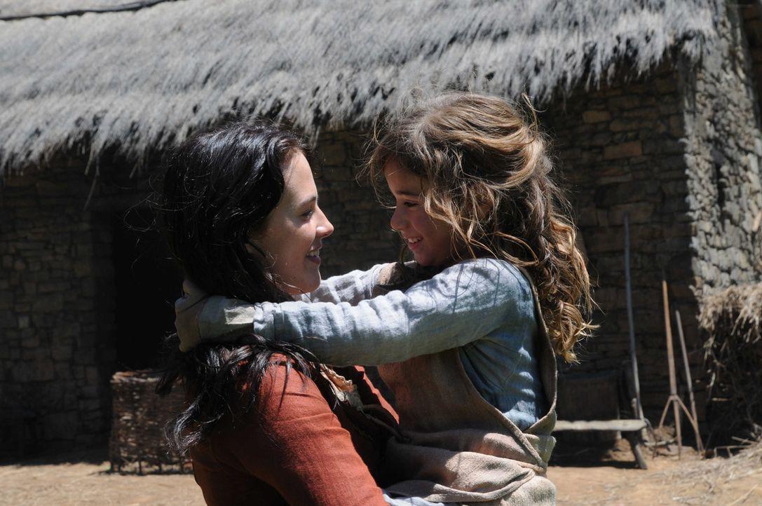 Alaïs (Jessica Brown-Findlay, l.) größtes Glück ist ihre Tochter Bertrande (Isabella Tsinonis, r.). Eines Tages jedoch entführt ihre gnadenlose... - Bildquelle: SAT.1/2011 Tandem Productions GmbH & Film Afrika Worldwide (Pty) Limited South Africa. All Rights Reserved.