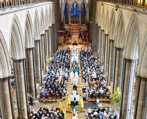 """Für Ken Follett die """"attraktivste"""" Kathedrale und maßgebliches Vorbild für seinen Roman """"Die Säulen der Erde"""": In der Kathedrale von Salisbury f... - Bildquelle: AFP"""