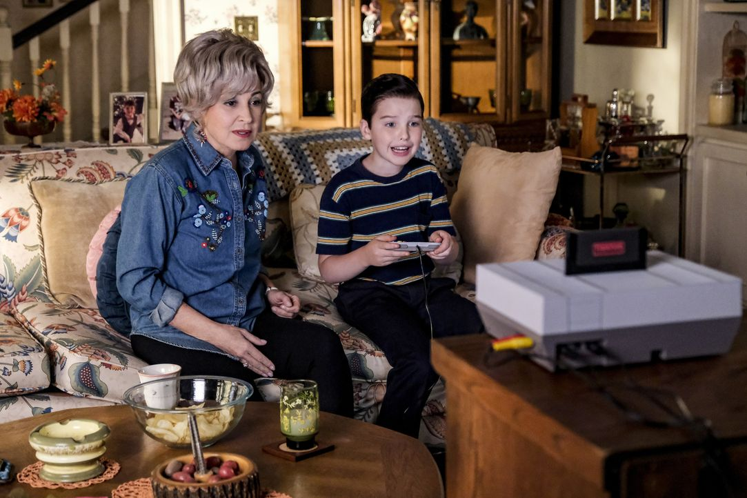 Meemaw (Annie Potts, l.); Sheldon (Iain Armitage, r.) - Bildquelle: Darren Michaels 2018 WBEI. All rights reserved./Darren Michaels