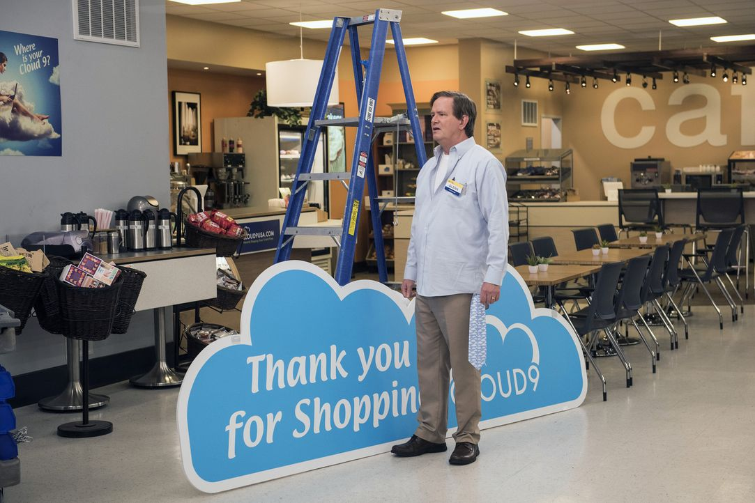 Als Glenn (Mark McKinney) seinen Mitarbeitern eröffnet, dass sie bis zum Morgengrauen neue Cloud 9 Schilder aufgehängt haben müssen, ahnt keiner, we... - Bildquelle: Brandon Hickman 2015 Universal Television LLC. ALL RIGHTS RESERVED.