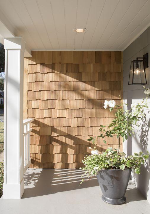 Nicht nur innen, auch außen bekommt das Haus eine Generalüberholung durch eine neue Hausverkleidung aus Holz. - Bildquelle: Jennifer Boomer 2017, Scripps Networks, LLC. All Rights Reserved.