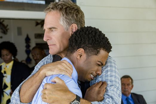 Ein mitfühlender Pride (Scott Bakula, r.) tröstet Mason (Dalpre Grayer, l.),...
