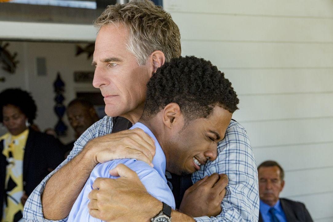 Ein mitfühlender Pride (Scott Bakula, r.) tröstet Mason (Dalpre Grayer, l.), nachdem ein Kandidat der Navy Spezialeinheit kurz vor seinem Abschluss... - Bildquelle: Skip Bolen 2016 CBS Broadcasting, Inc. All Rights Reserved