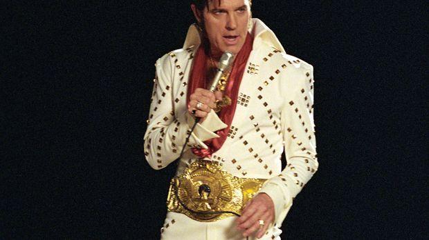 Während der Narkose sieht sich Eric (Stephen Collins) selbst als Elvis Presle...
